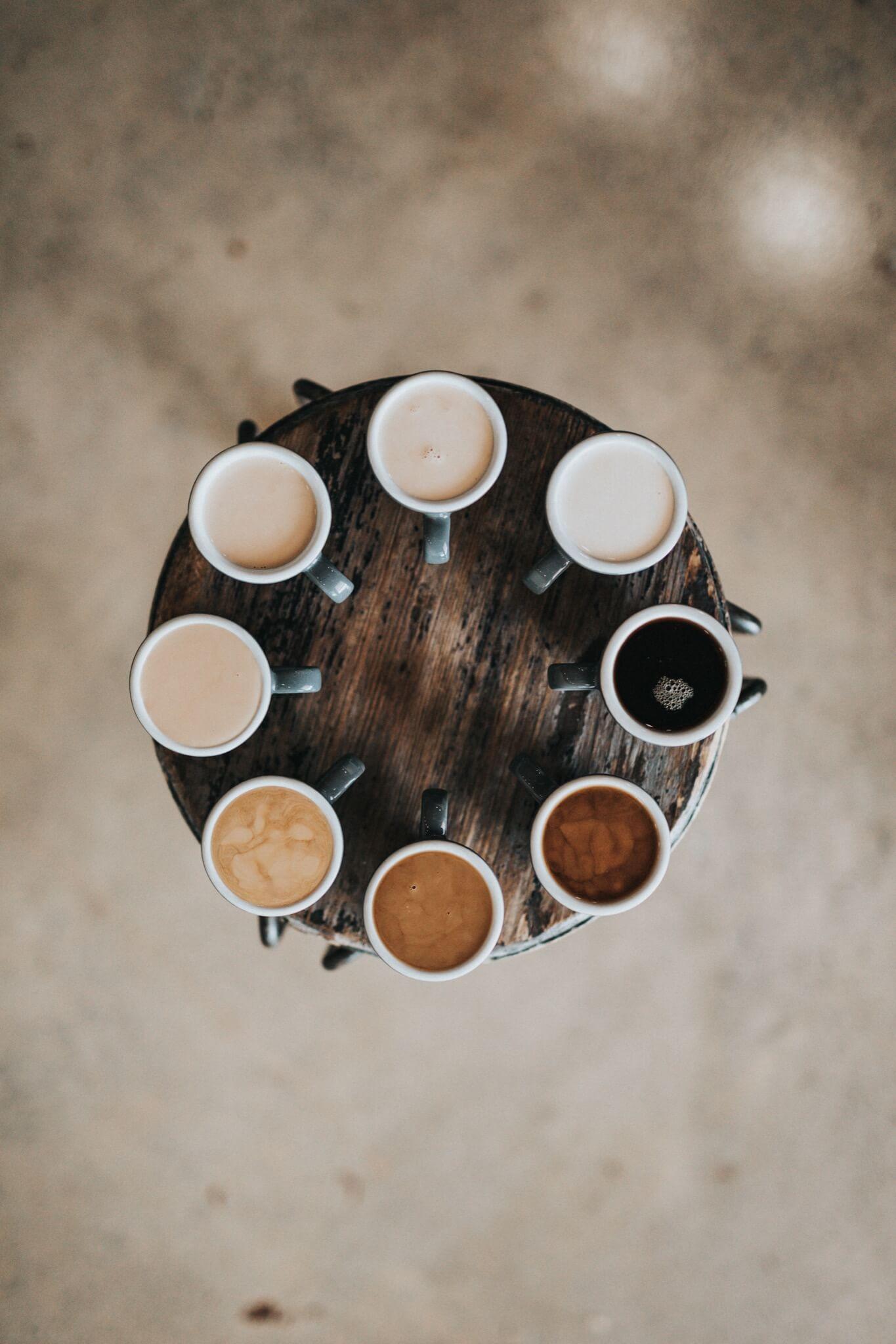 Kaffekopper i en sirkel.