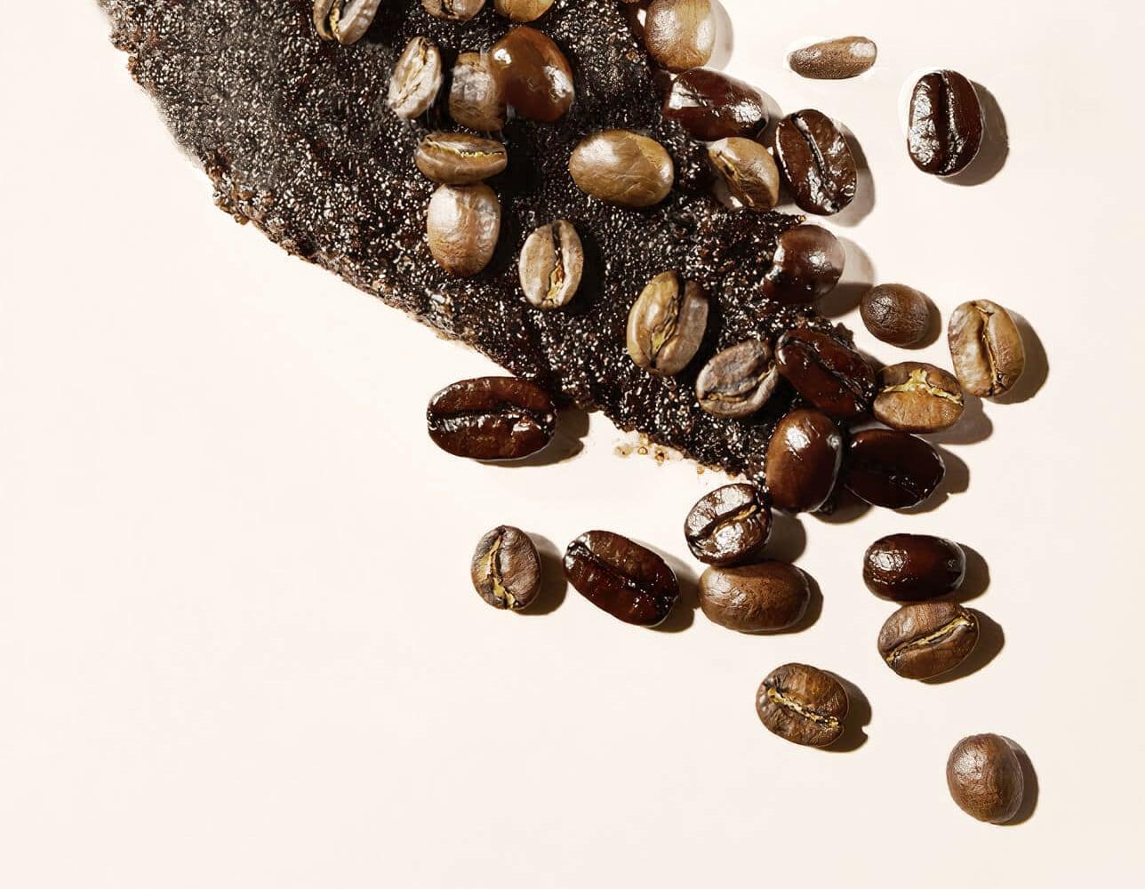 Kaffebønner drysset ut.