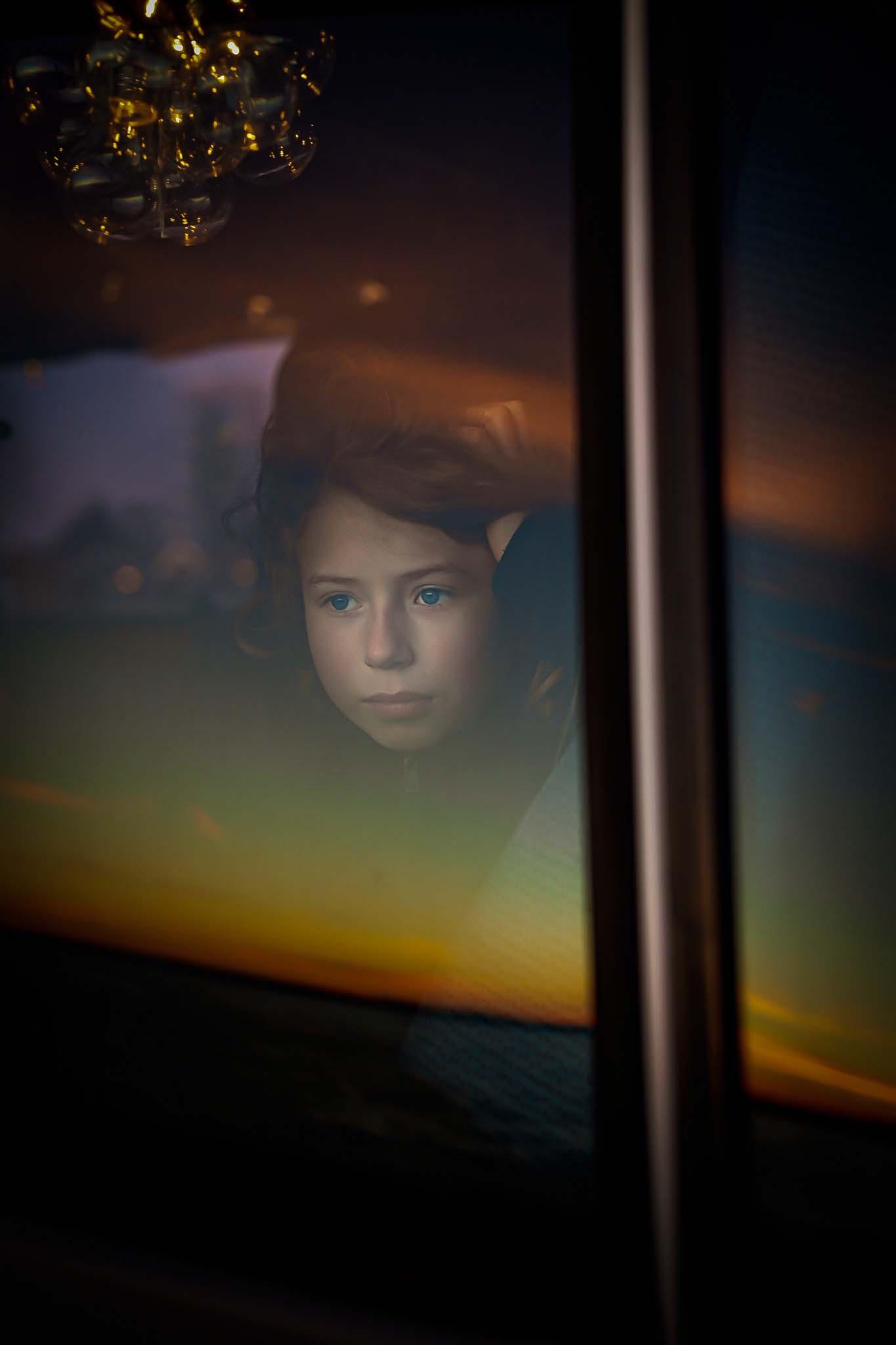 porträttfoto genom fönsterruta