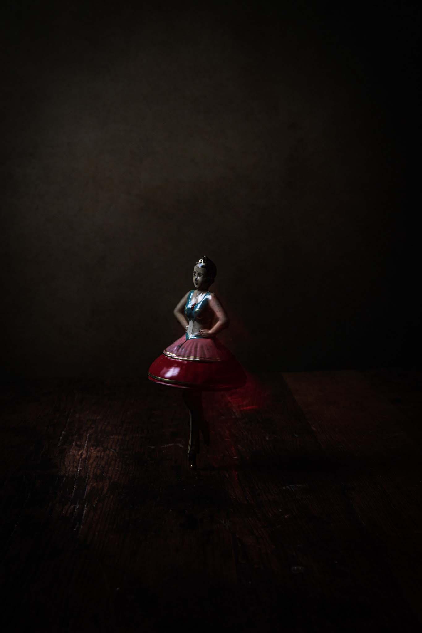 ballerina leksaksbild med mörk bakgrund