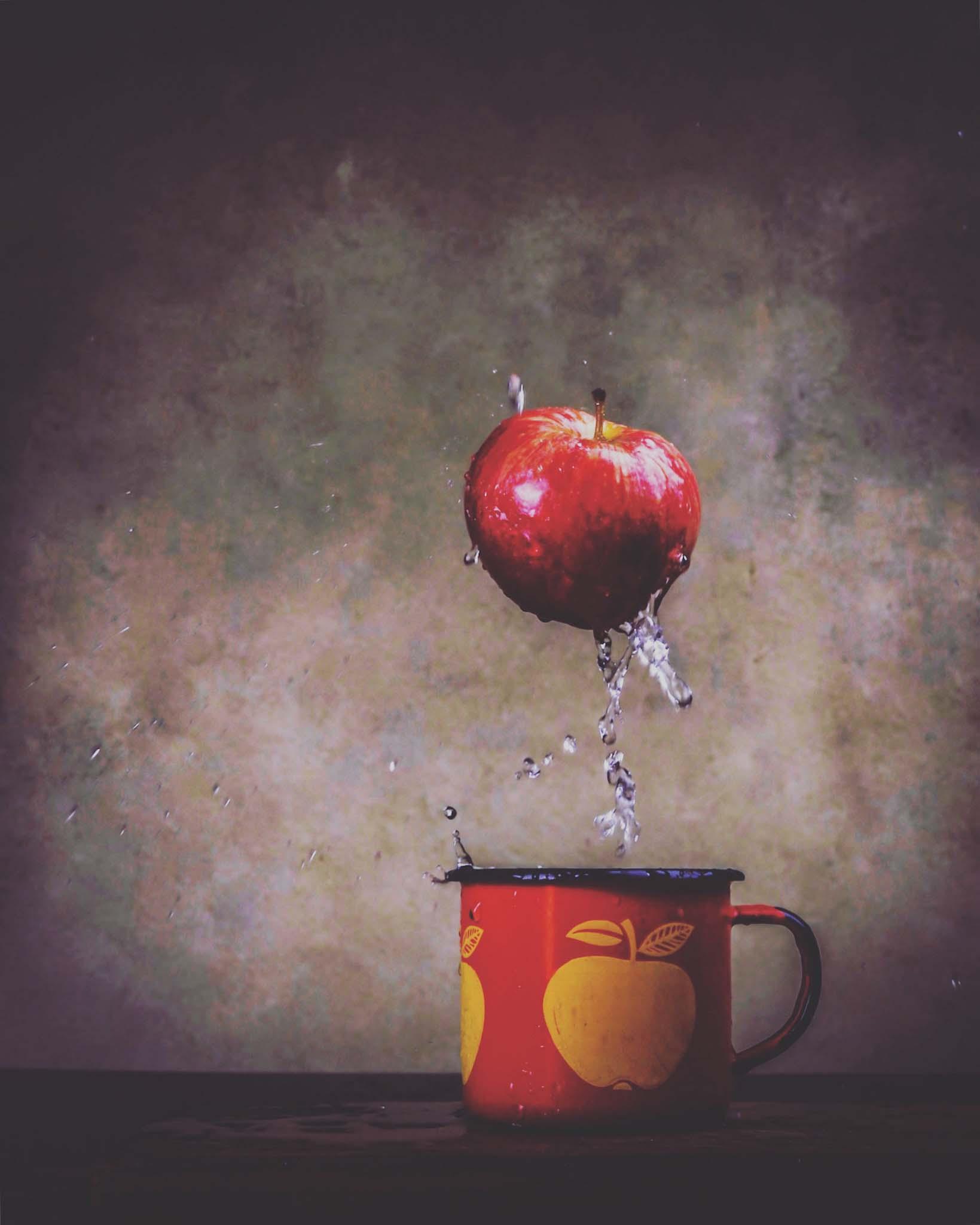 äpple i mugg med vatten