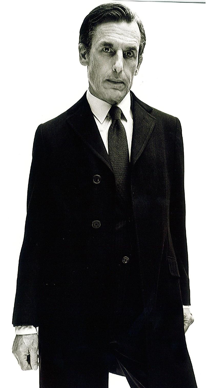 Rester discret avec… un manteau sobre.