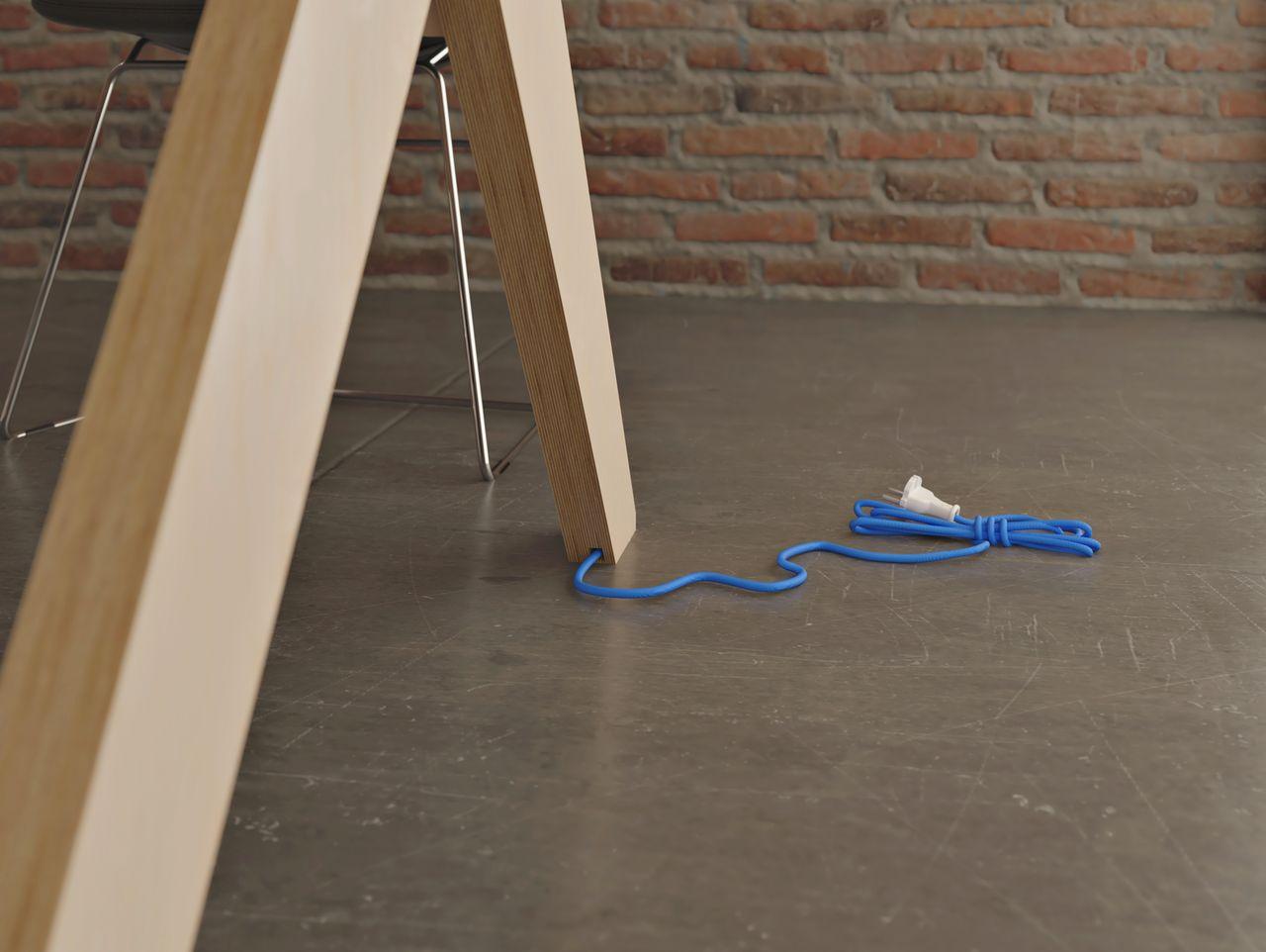 Table de réunion en bois avec une électrification intégrée et le fil électrique qui ressort du pied de la table