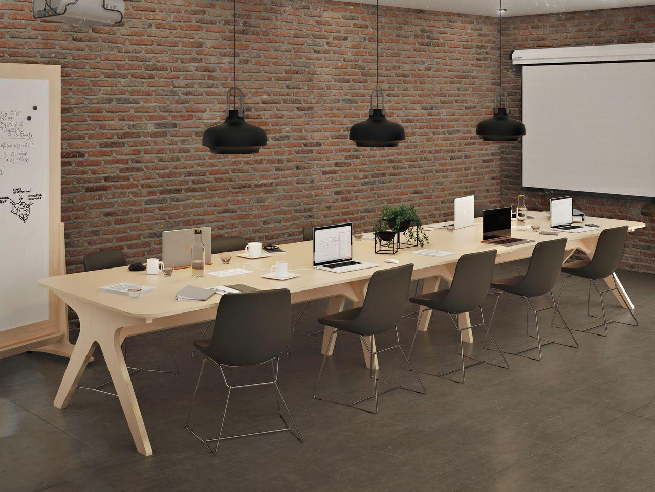 Table de réunion en bois dans une salle de réunion style industriel