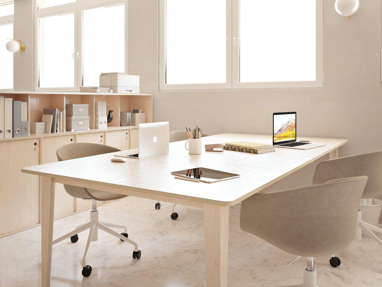 Bureau simple en bois dans un espace de travail au style contemporain avec ordinateurs sur le bureau
