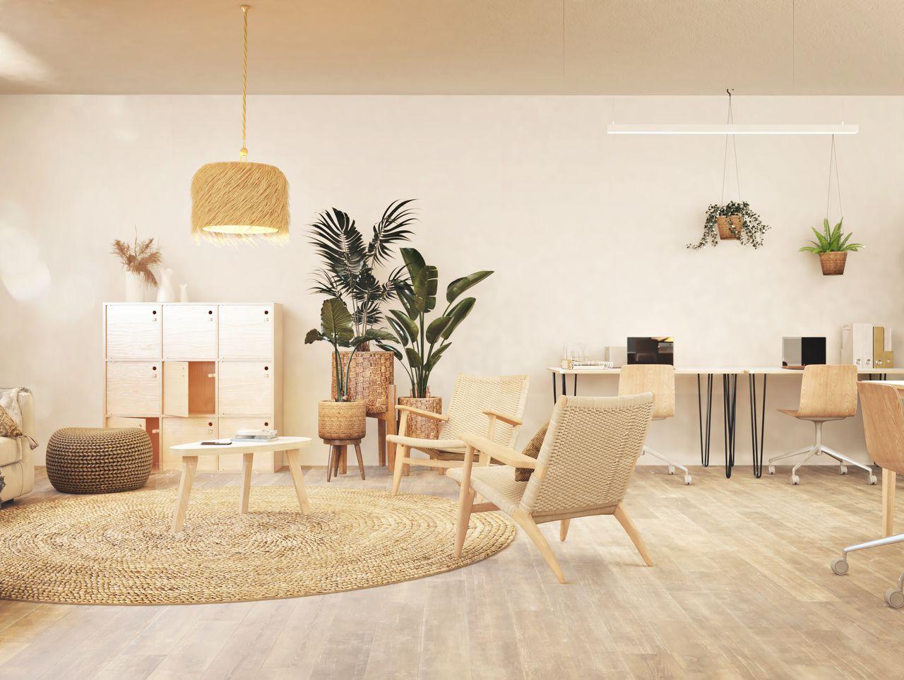 Bureau au style industriel dans le coin d'un petit espace de travail au style bohème et ethnique avec des plantes, du mobilier en bois de bouleau et de l'osier