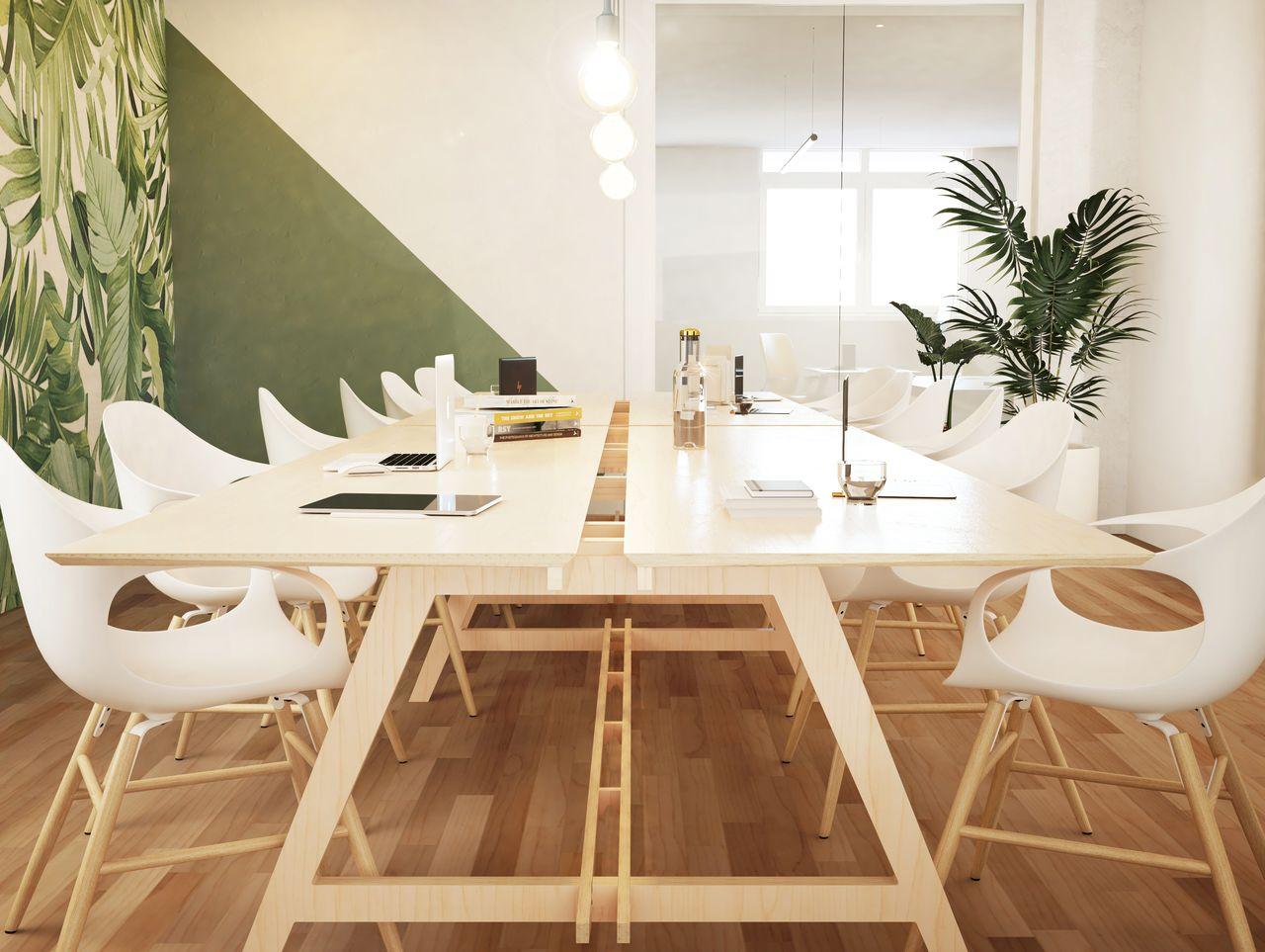 Table de réunion en bois dans une salle de réunion style scandinave