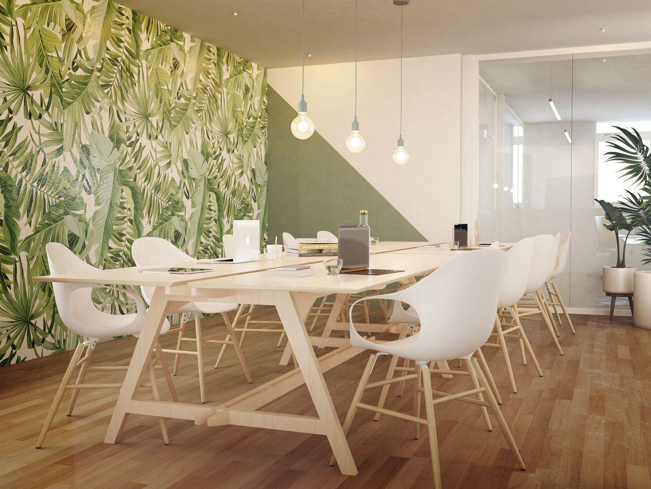 Table de réunion avec connectique et ordinateurs branchés aux prises