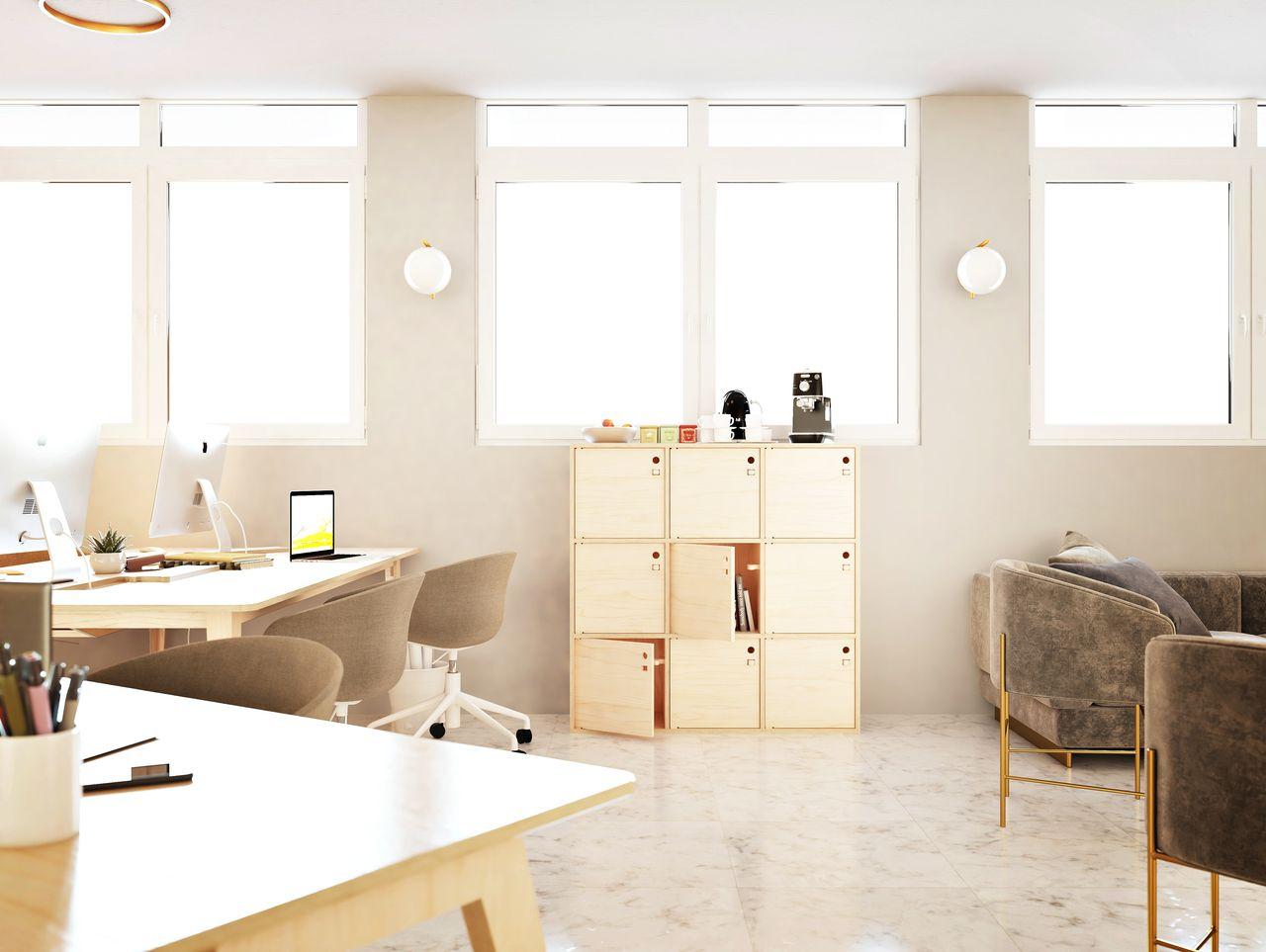 Casier de rangement en bois avec des cases fermées qui servent à entreposer les affaires personnelles des collaborateurs travaillant dans cet espace de bureau à l'ambiance et au style contemporain