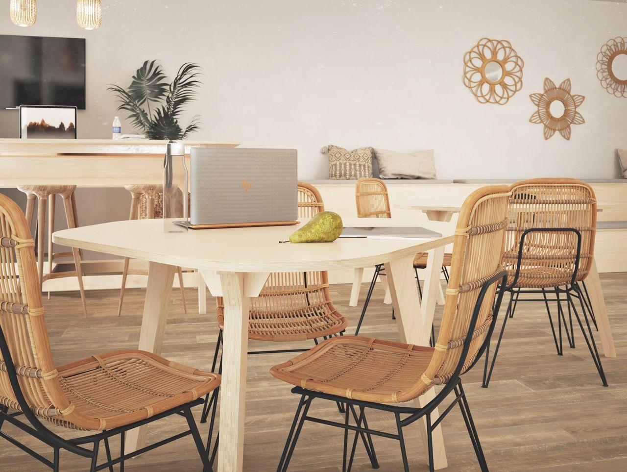 table de réunion 6 personnes dans une salle de pause au style et à l'ambiance contemporaine avec des miroirs dorés et des plantes vertes