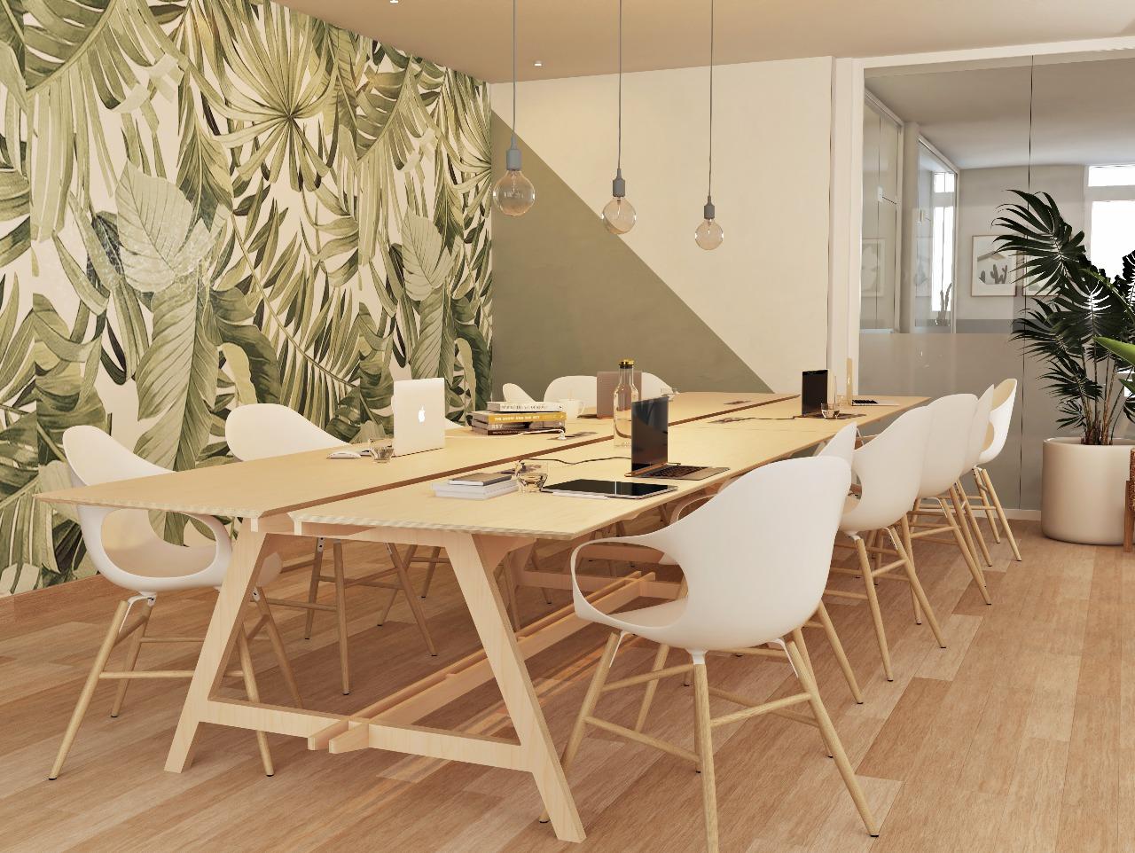 Espace de réunion formé d'une table de réunion design en bois pour 8 personnes avec une verrière, des luminaires modernes et un papier peint au motif de jungle pour une ambiance et un style scandinave et végétal