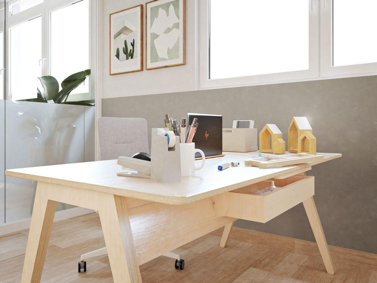 Bureau simple bois pour travailler seul sur l'ordinateur disposé dans un environnement de travail au style bohème et ethnique à la décoration moderne et végétale