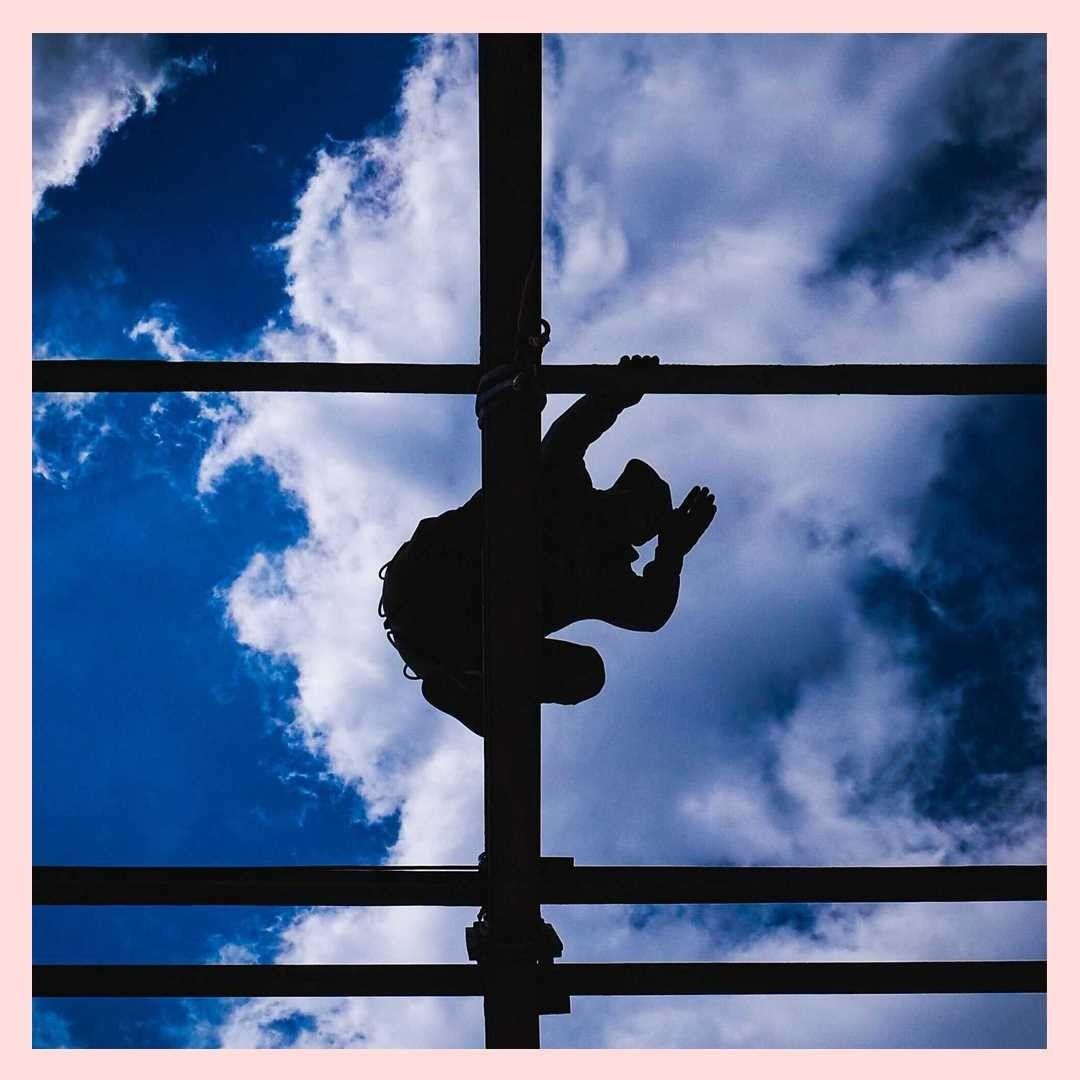 Vue de dessous de la pose d'un toit avec le ciel en fond