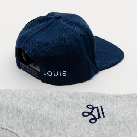 Pull gris et casquette bleu brodés avec le logo louis