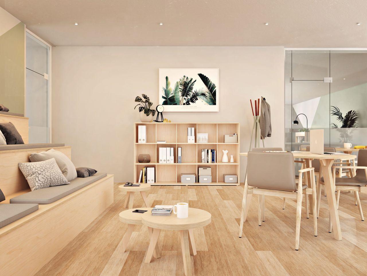 Bibliothèque en bois design servant de rangement dans un espace détente au style bohème ethnique aux tons neutres et modernes avec des tables basses, une estrade et des plantes vertes