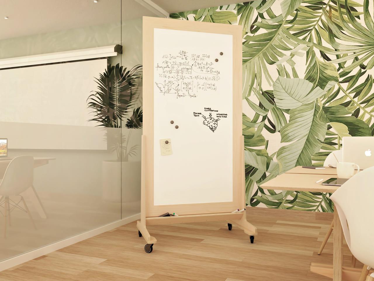 Tableau blanc velleda avec cadre en bois et roulettes dans salle au style scandinave avec plantes et bois de bouleau, pour brainstorming ou réunions opérationnelles