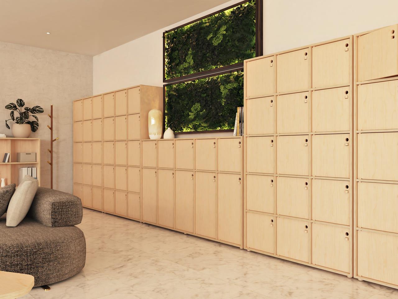 Casier personnel au travail dédié aux affaires personnelles des équipes disposé sur-mesure sur la quasi-totalité d'un mur dans un espace détente à l'ambiance et au style contemporain décoré de plantes vertes et de mobilier en bois