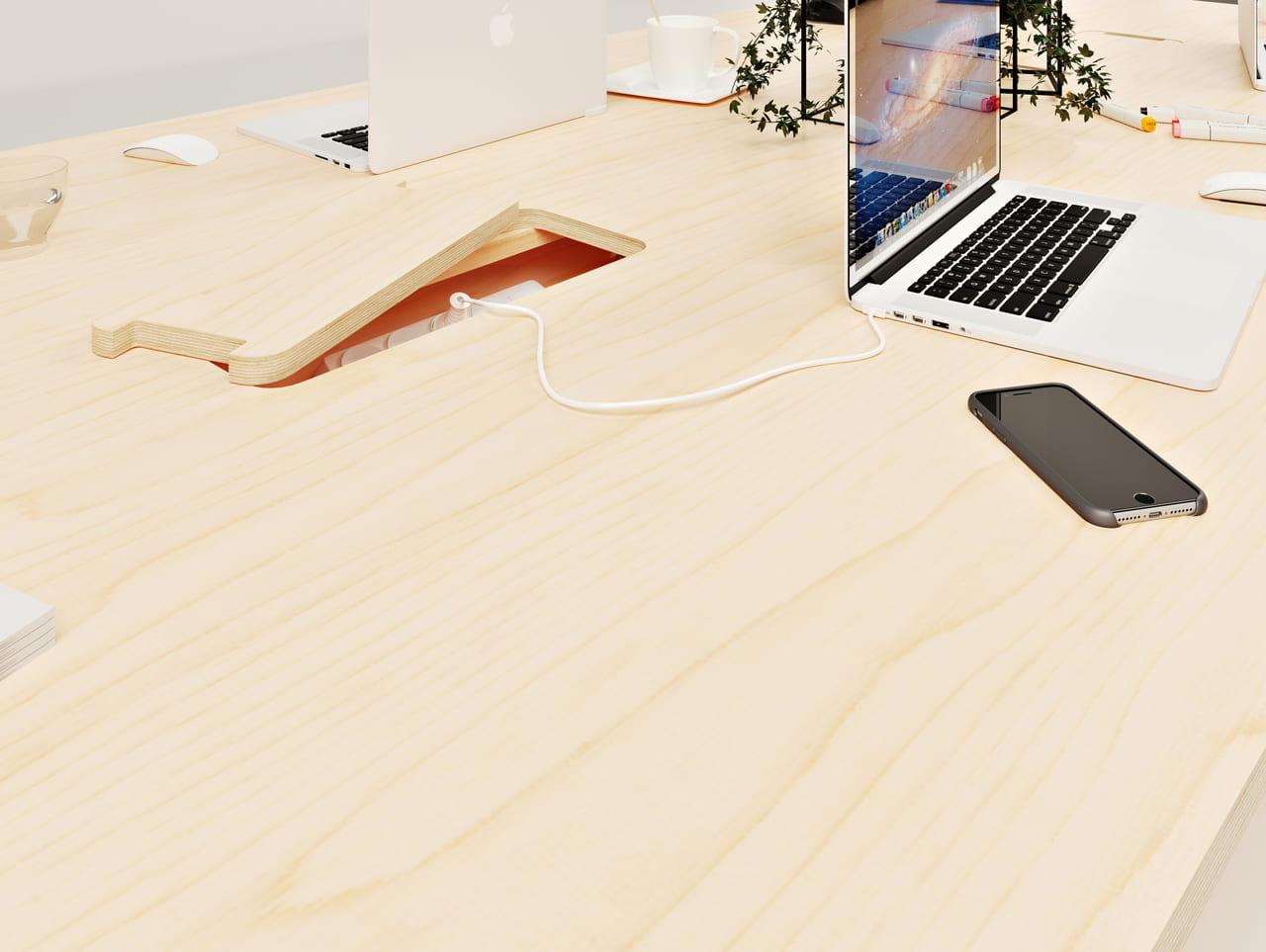 Bureau en bois avec trappes et branchements électriques