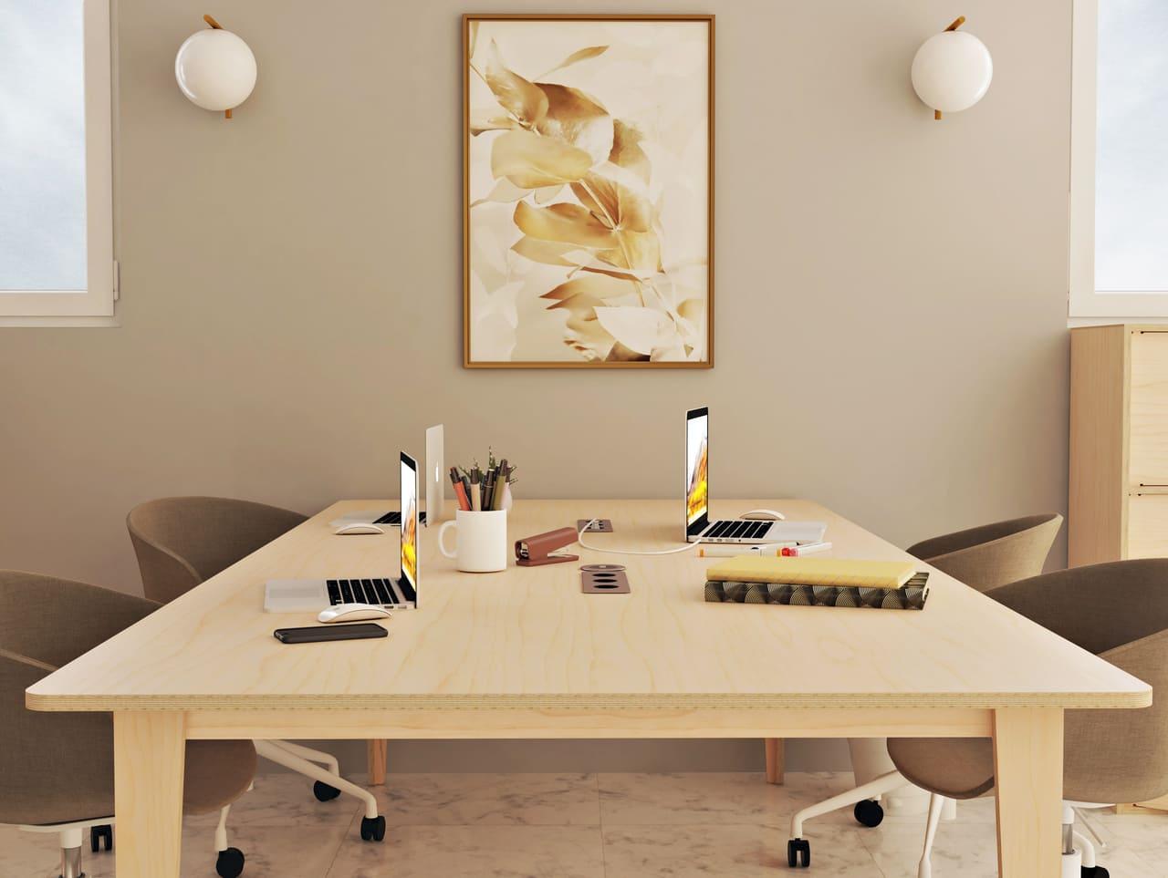 Bureau simple en bois au sein d'un espace de bureau partagé dans une ambiance de style contemporain avec prises électriques intégrées