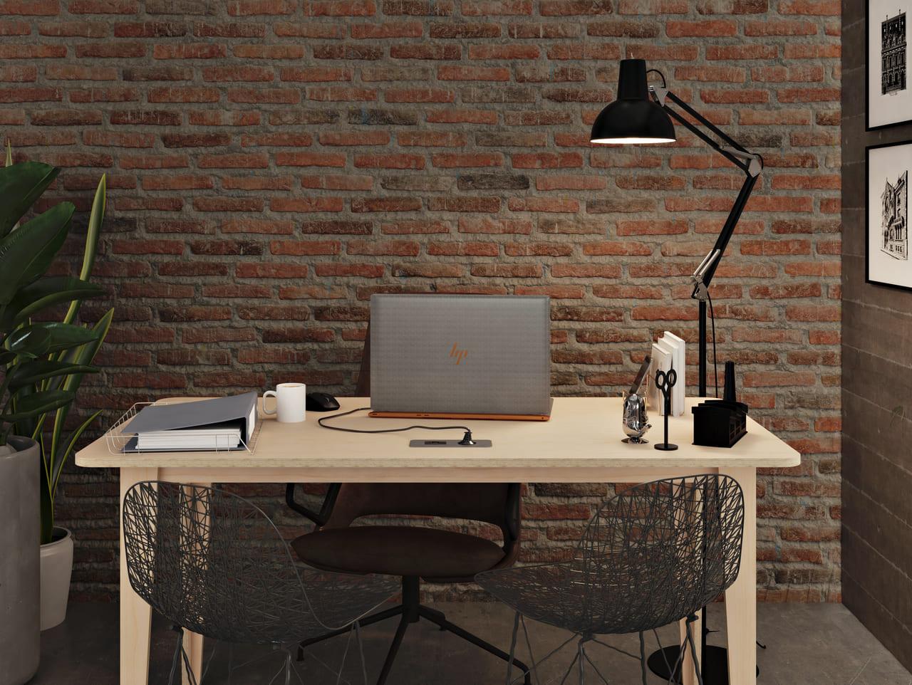 Bureau épuré bois avec 4 pieds droits et un plateau rectangulaire idéal pour travailler seul dans un environnement de travail au style industriel aux briques rouges et aux touches de cuir et de métal noir