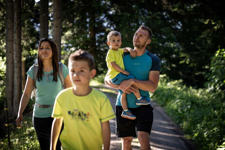 Eine Urlauberfamilie beim Wandern.