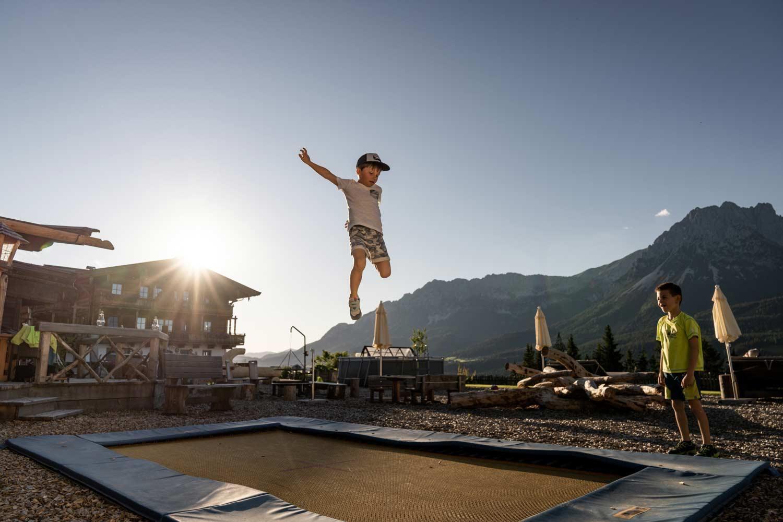 Kind springt hoch in die Luft auf dem Naschberghof-Trampolin