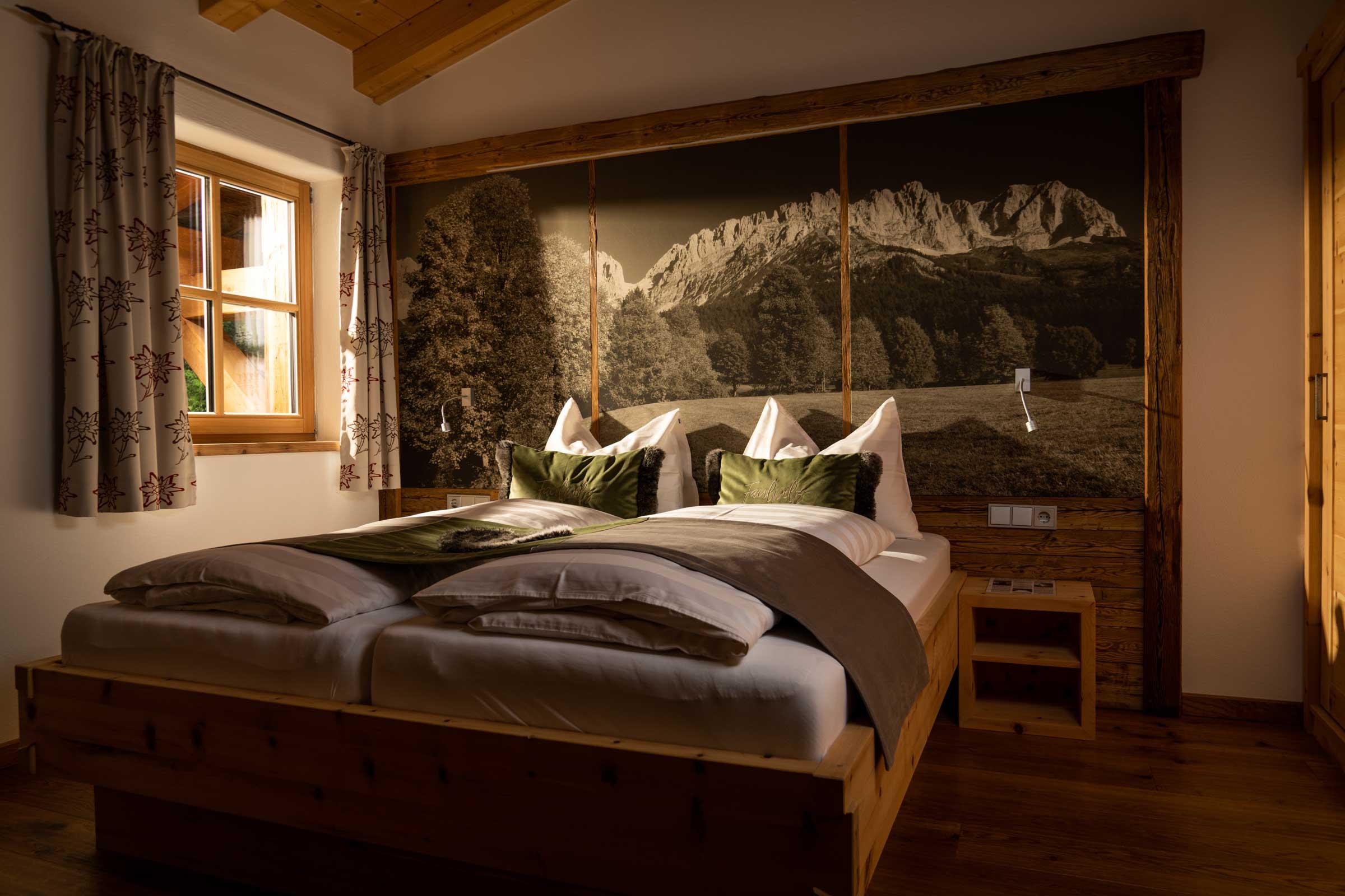"""Naschberghof Schlafzimmer mit Doppelbett im Appartement """"Hartkaiser""""."""