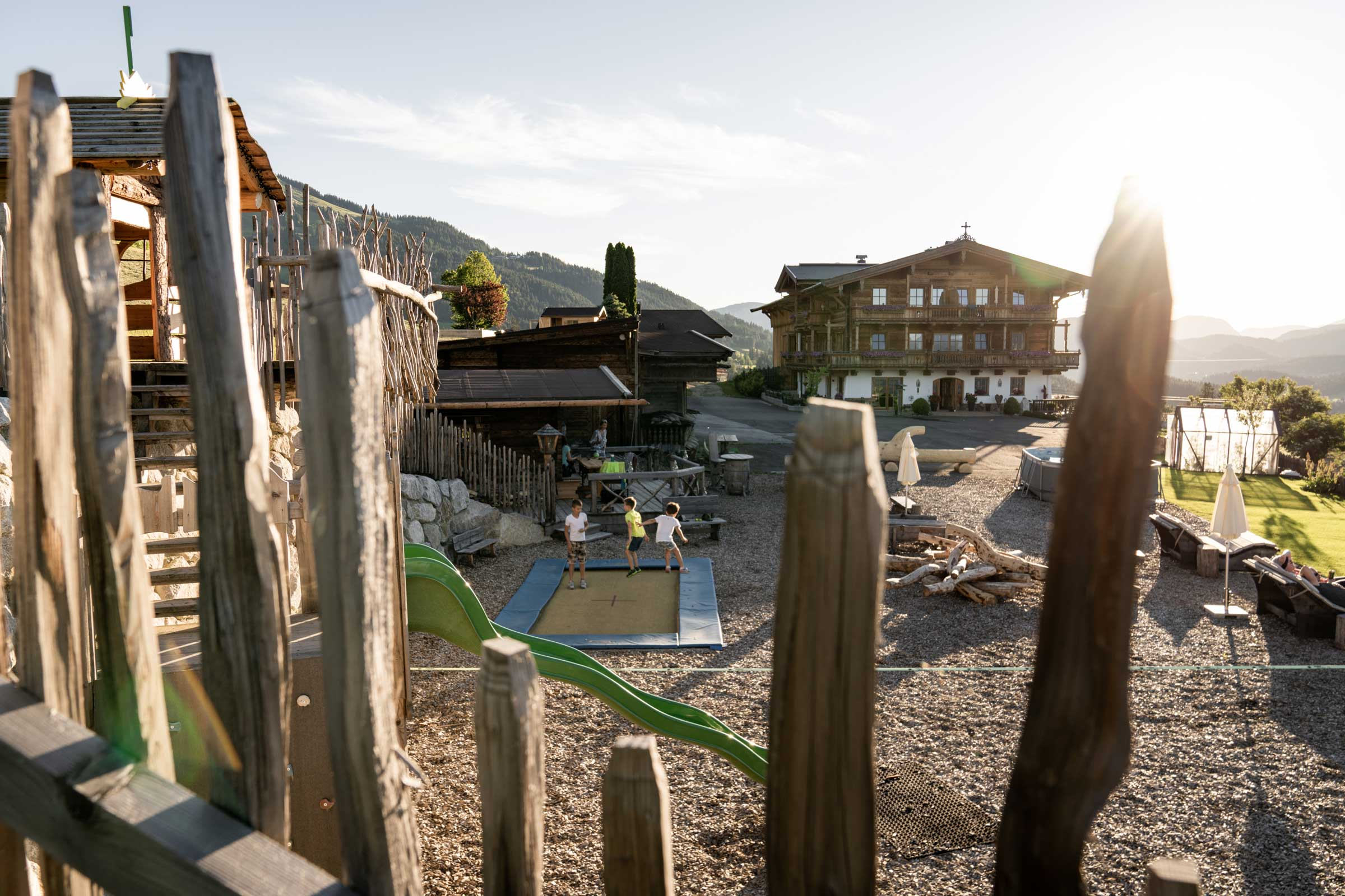Der Blick auf den Naschberghof und seinen Kinderspielplatz.