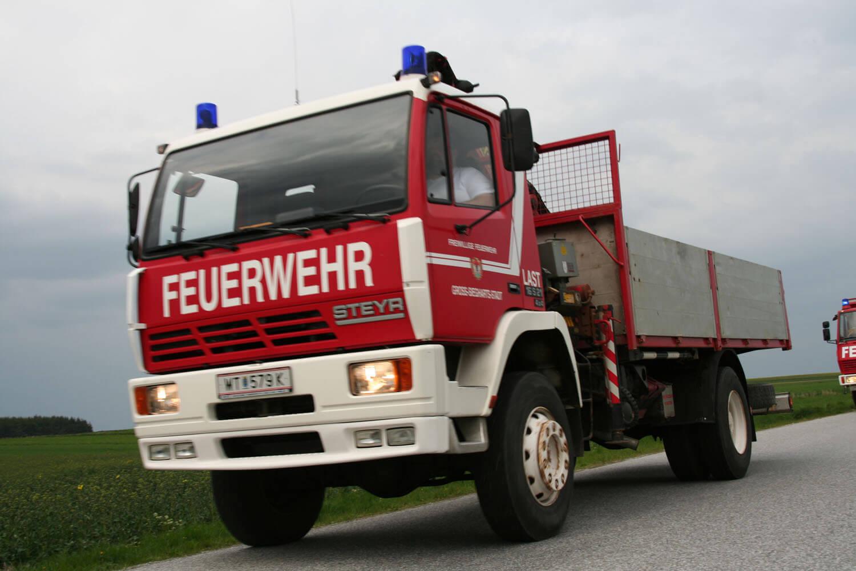 Lastfahrzeug mit Kran