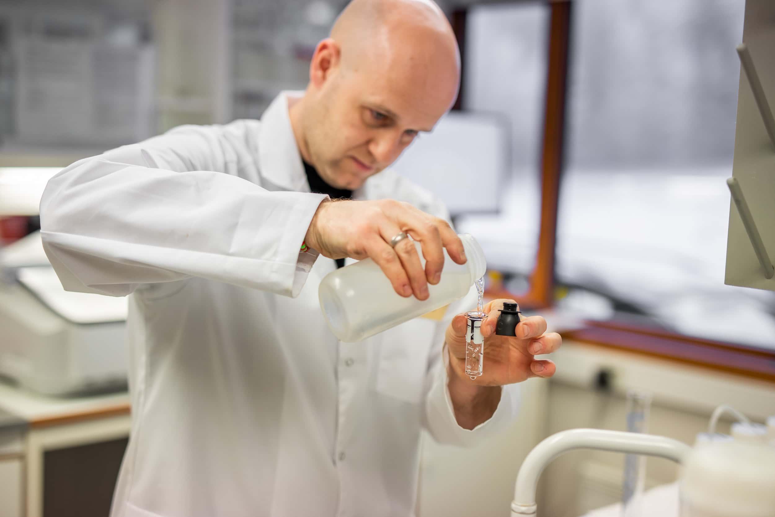 bilde av asker og bærum vannverk annsatte på jobb i laben