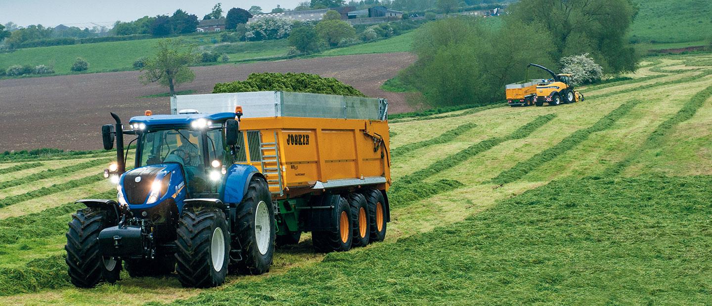 Traktor og forhøster på jorde