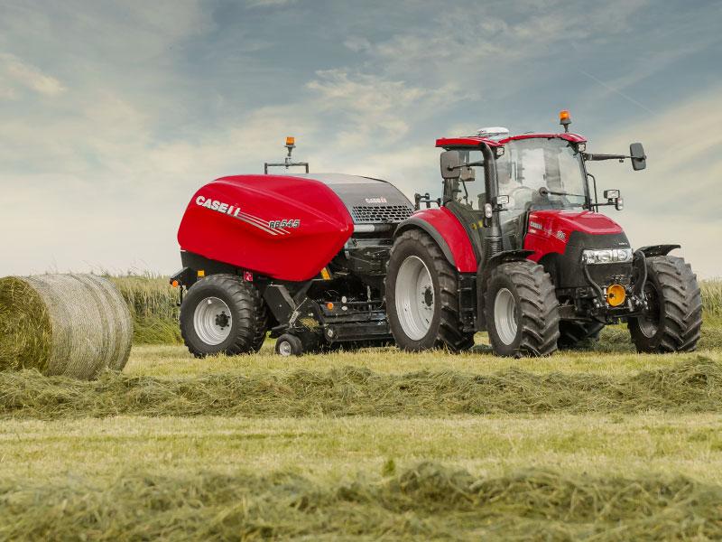 Traktor med forhøster på jorde