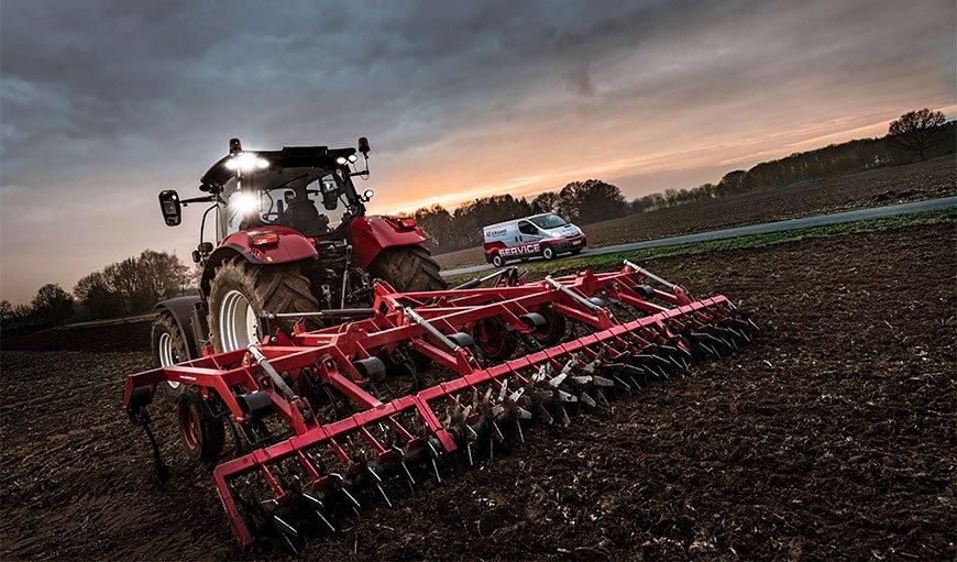 Traktor med Kramp landbruksredskap og service bil