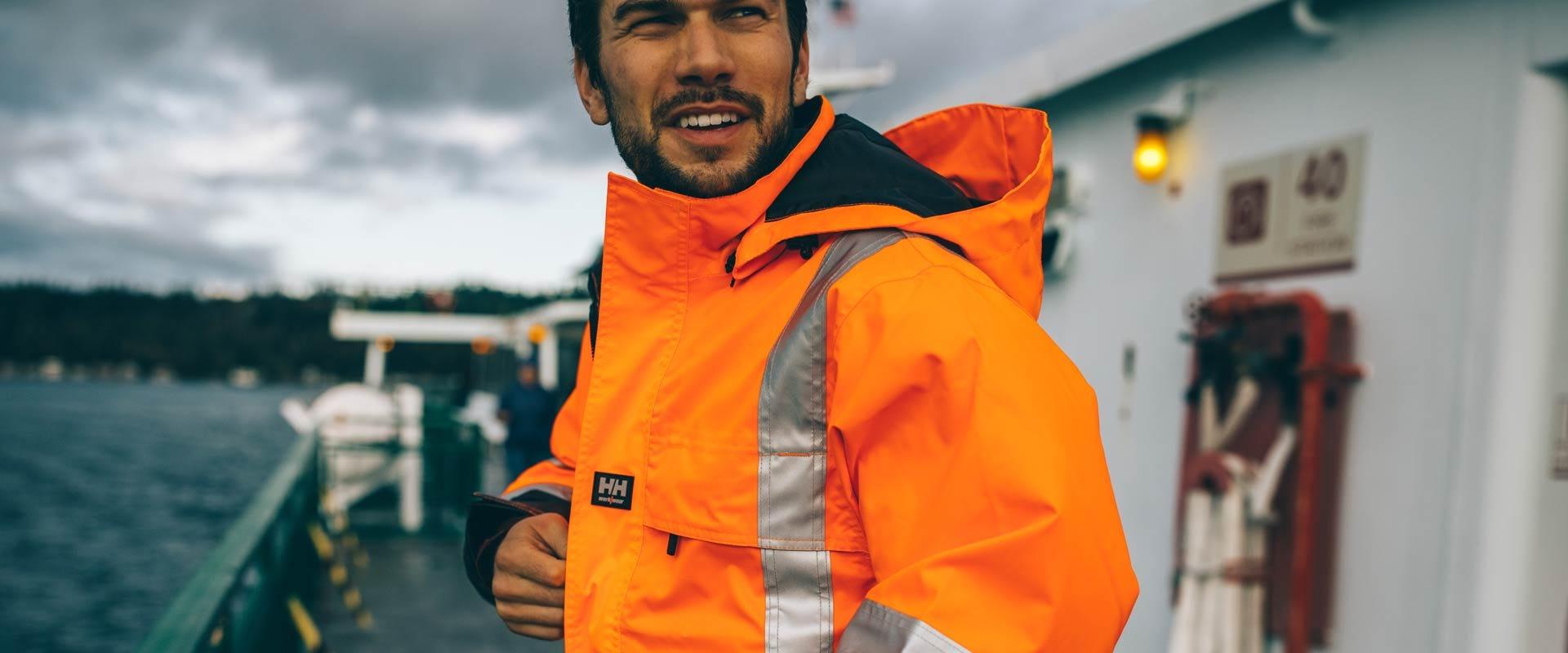 Mann med Helly Hansen regnjakke
