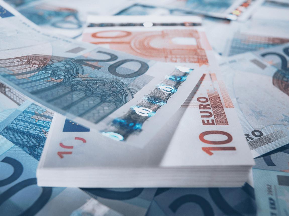 Foto mit vielen 20€ und 10€ Geldscheinen