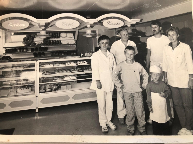 Gammelt bilde av familien Christiansen i bakeriet.