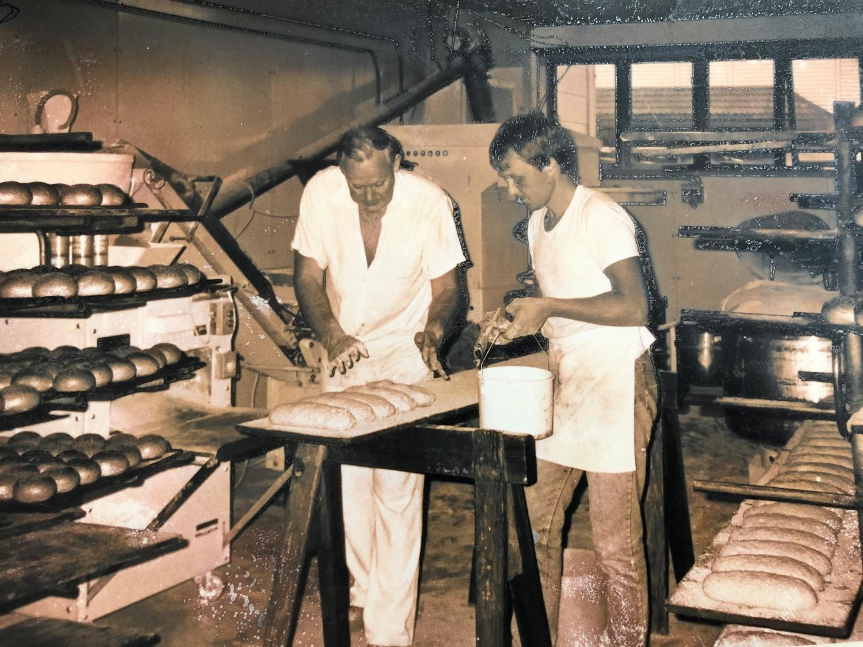 Gammelt bilde av Olav Christiansen og sønnen Torstein i bakeriet.