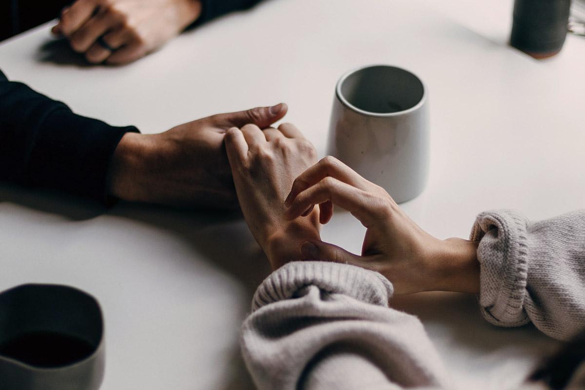 Par håller handen - Remainly.se
