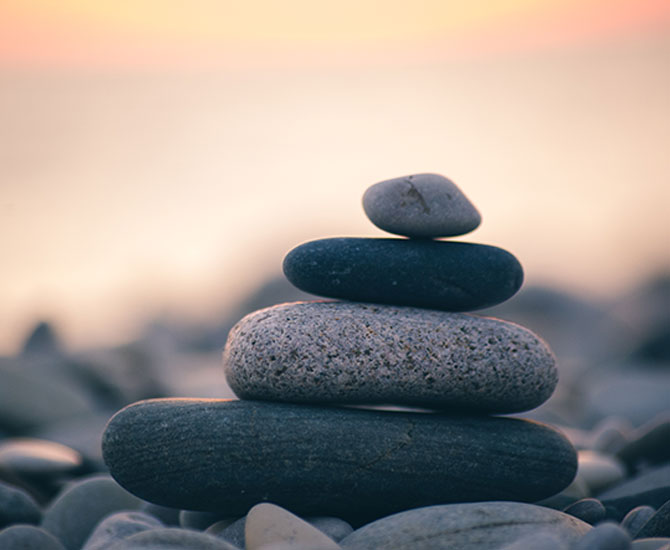 Staplade stenar vid strandkant