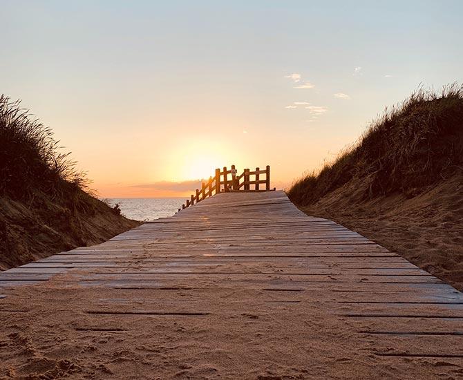Strandpromenad i solnedgång