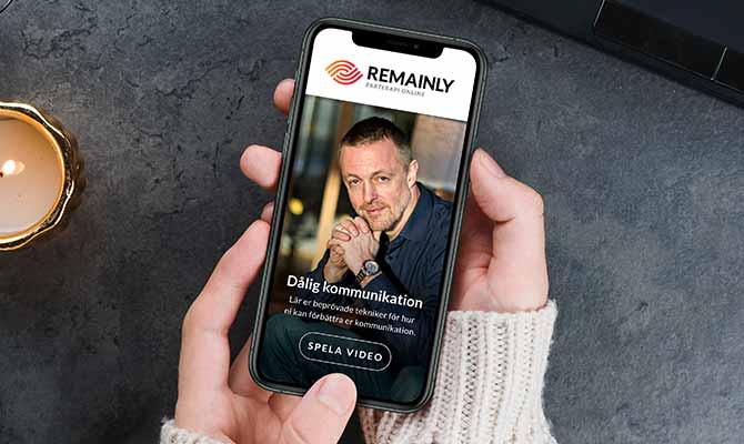 Kvinna använder Remainly i mobil