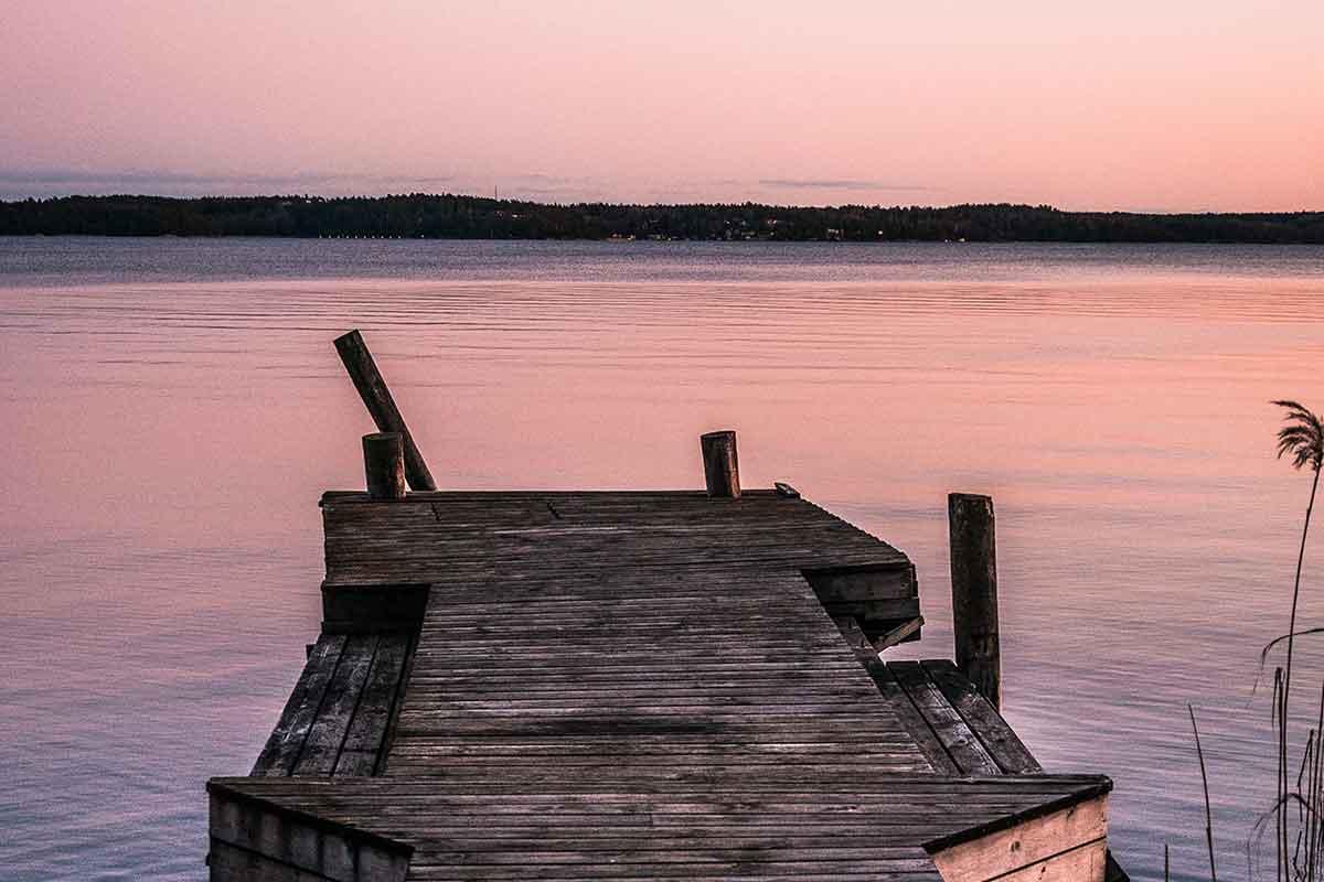 En brygga vid en sjö  - Remainly