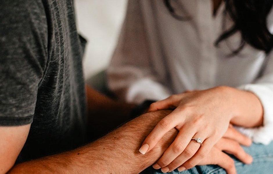 Par håller hand och pratar