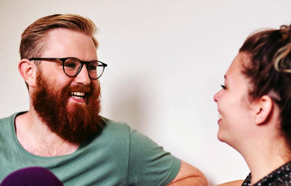 Par pratar och skrattar