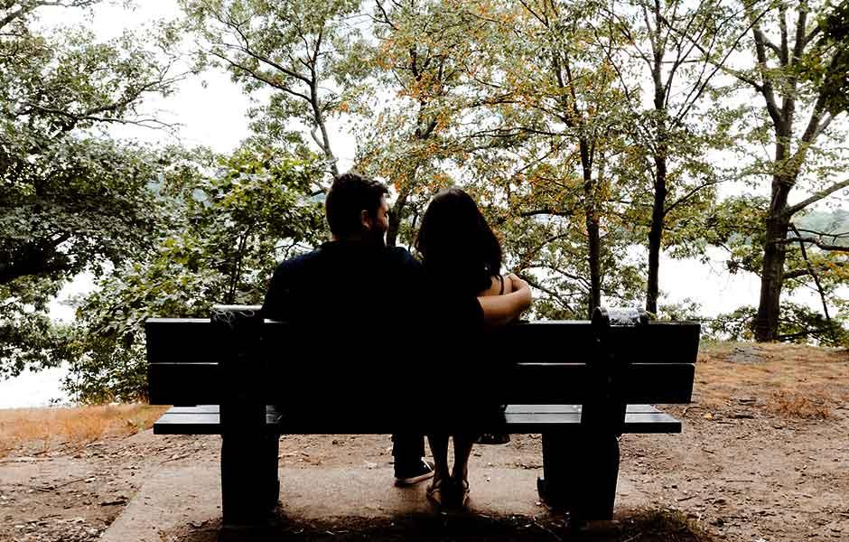 Par sitter på en parkbänk