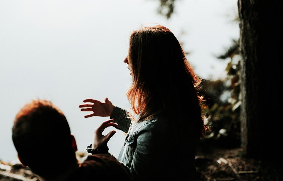 Par pratar utomhus vid en sjö