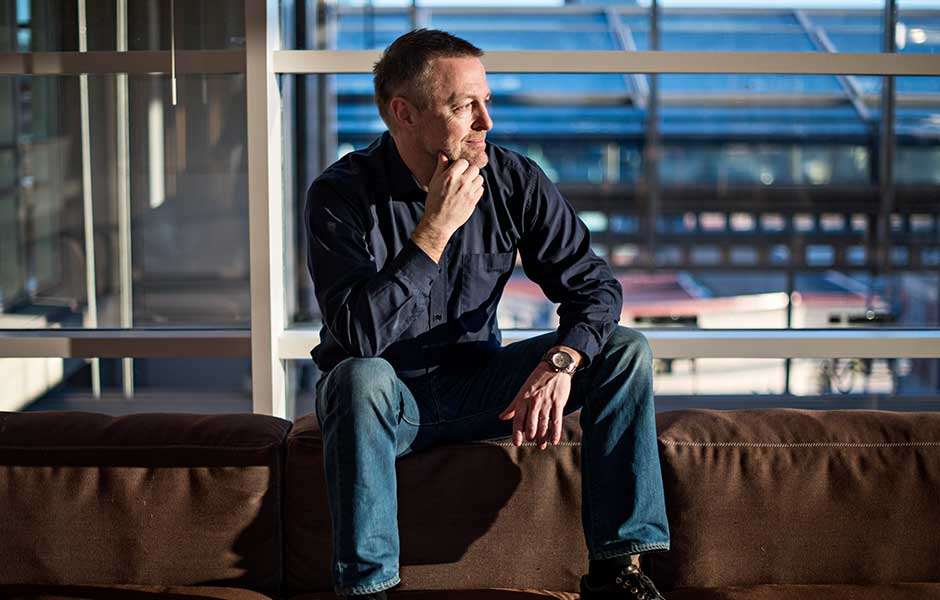 Andreas Narum sitter i en soffa