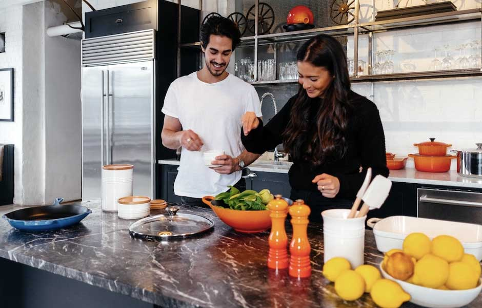 En man och en kvinna lagar mat i ett kök