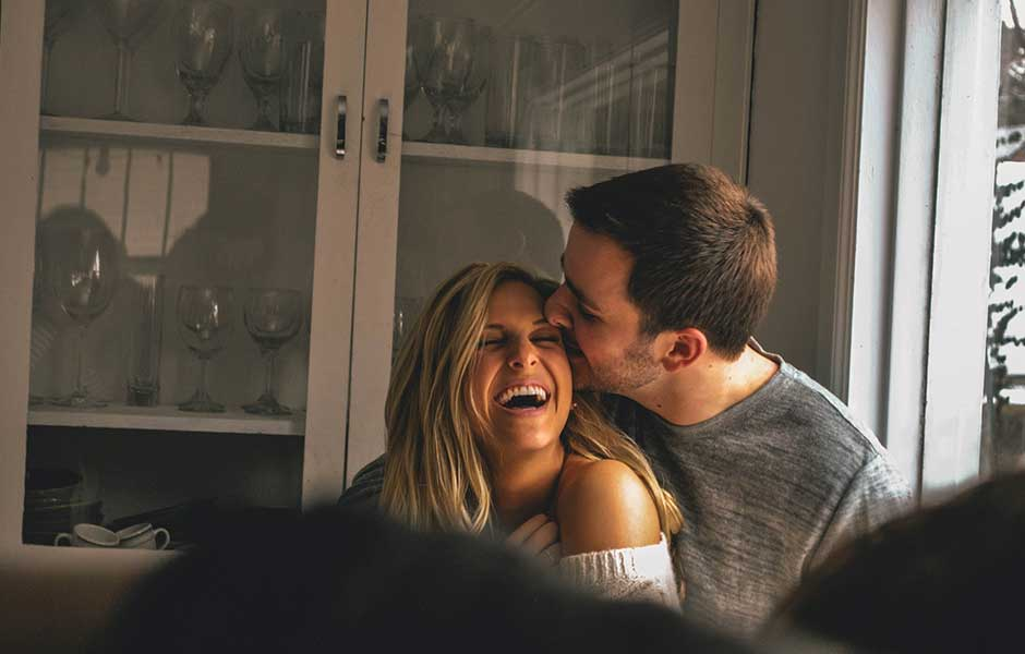 Par skrattar och kramas