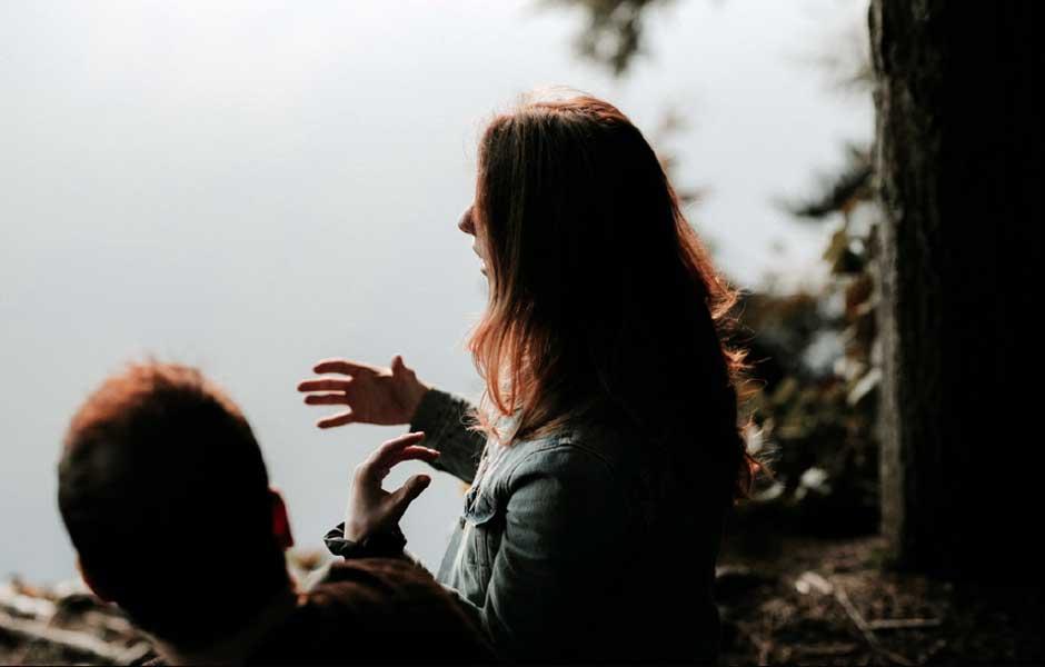 En kvinna pratar med en man